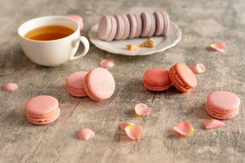 Hochzeit, St.-Valentinstag, Geburtstag, Vorbereitung, Feiertag Schöne rosa geschmackvolle macarons stockfoto