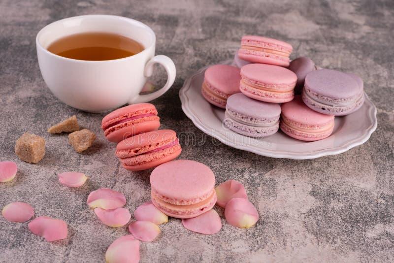 Hochzeit, St.-Valentinstag, Geburtstag, Vorbereitung, Feiertag Schöne rosa geschmackvolle macarons lizenzfreie stockfotos