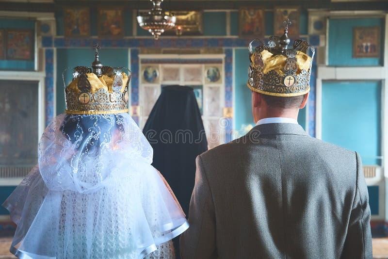 Hochzeit von jungen Leuten in der Kirche lizenzfreies stockfoto