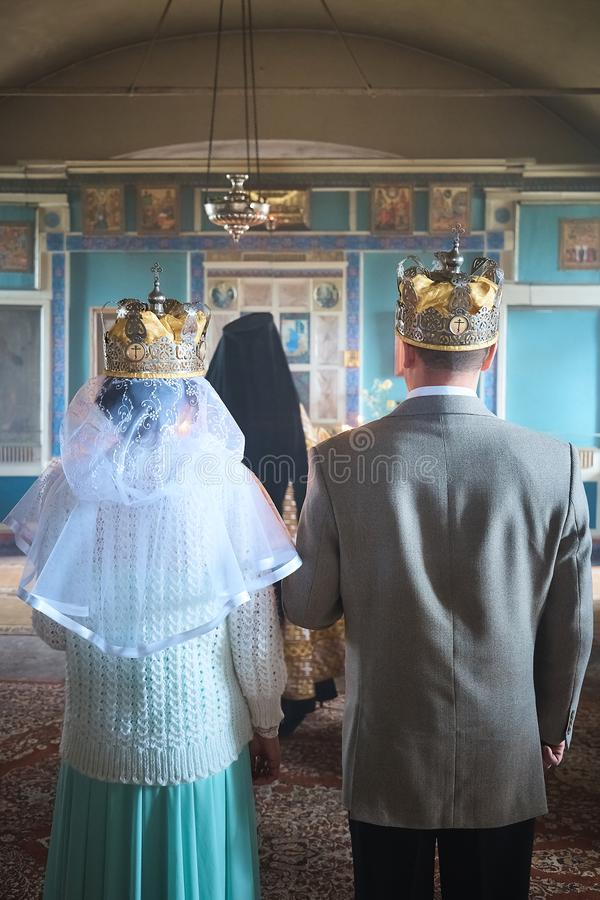 Hochzeit von jungen Leuten in der Kirche stockfotografie