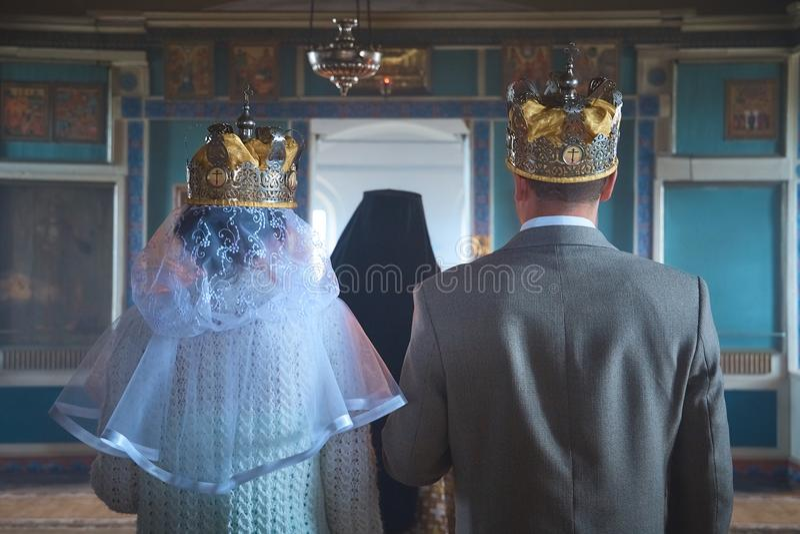 Hochzeit von jungen Leuten in der Kirche stockbilder