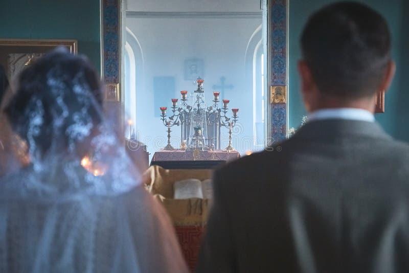 Hochzeit von jungen Leuten in der Kirche lizenzfreie stockfotos