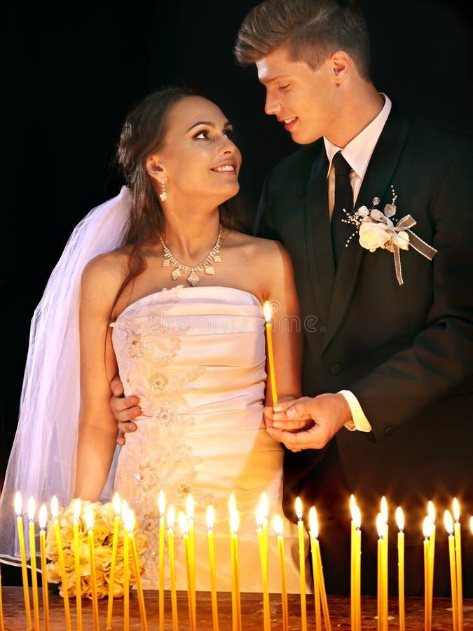 Hochzeit von Paaren in der Kirche. lizenzfreie stockfotografie