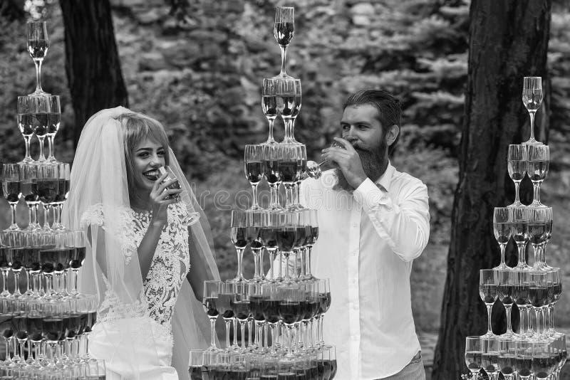 Hochzeit von stilvollen Paaren Hochzeitspaare mit Pyramiden von den Weingläsern im Freien lizenzfreies stockfoto