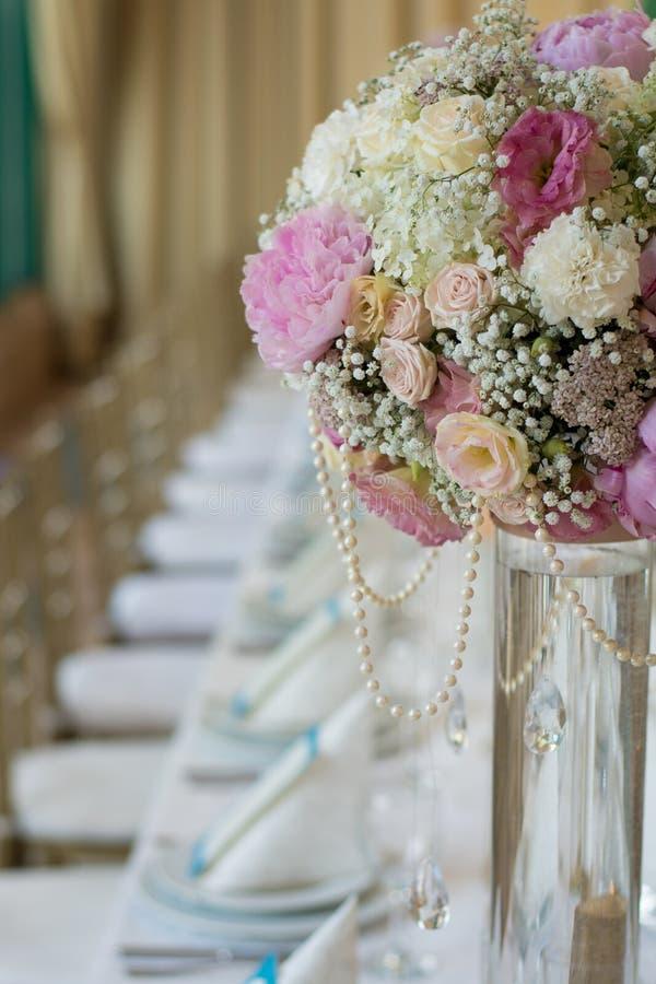 Hochzeits-Blumen auf Bankettisch lizenzfreies stockfoto