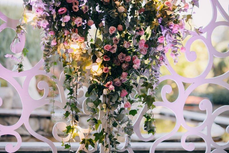 Hochzeits-Blumen-Dekorationen Einladungskarte mit Perlendekoration und Rosen Boutonniere auf weißem Hintergrund festlich Kreative stockbilder