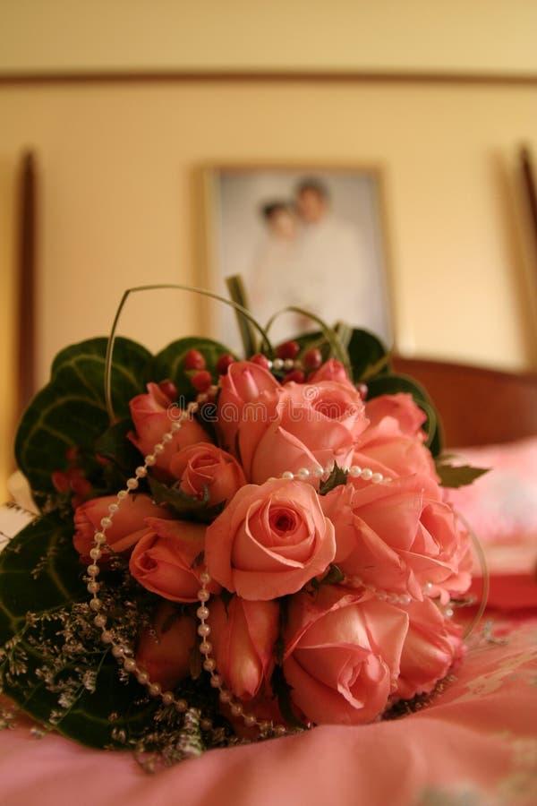 Hochzeits-Blumenstrauß auf dem Bett stockbilder
