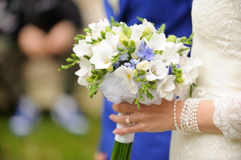 Hochzeits-Blumenstrauß im Schleier stockfotos