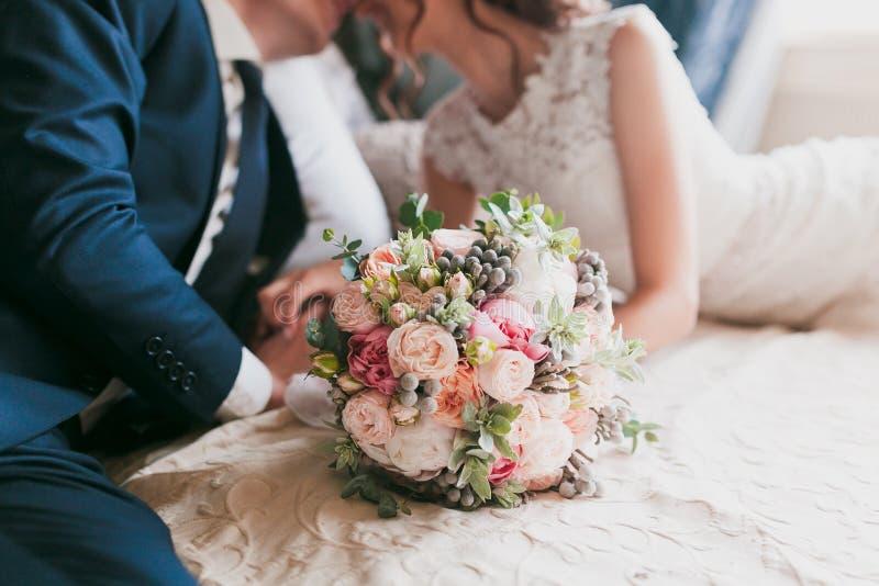 Hochzeits-Blumenstrauß mit Braut und Bräutigam lizenzfreies stockbild