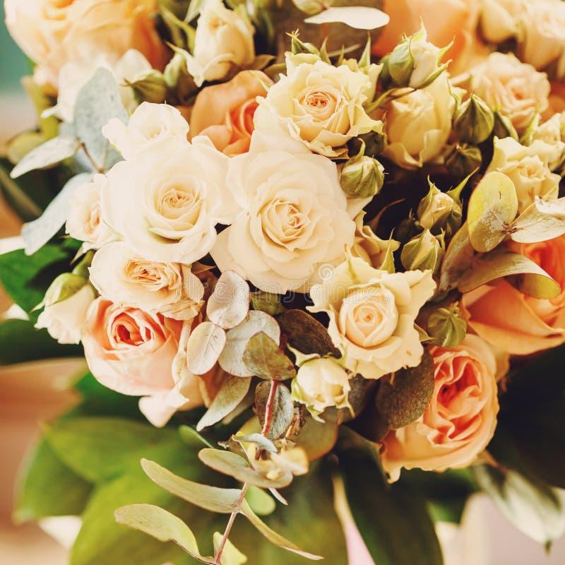 Hochzeits-Blumenstrauß mit Weiß und kleinen Sahnerosen stockfotografie