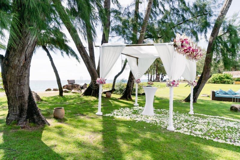 Hochzeits-Bogen-Dekoration, Blume, mit Blumen, Hochzeitsort, Kiefer, Meerblick stockfoto