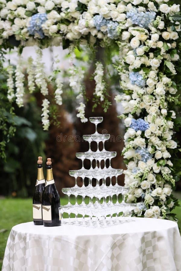 Hochzeits-Champagne-Gläser stockfotos