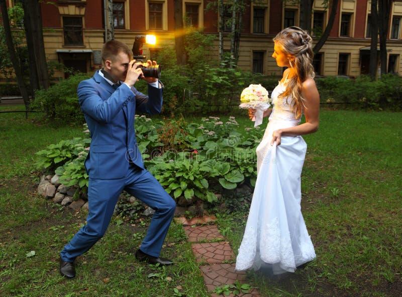 Hochzeits-Fotograf-Taking Picture-Braut, grelles Blitzen der Kamera stockfoto