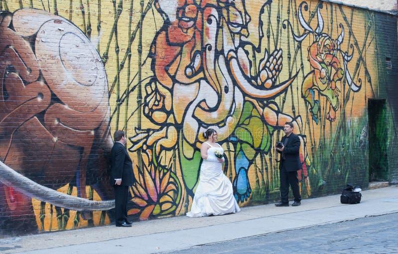 hochzeits fotograf u kunden vor graffiti wand redaktionelles bild bild von cityscape stadt. Black Bedroom Furniture Sets. Home Design Ideas
