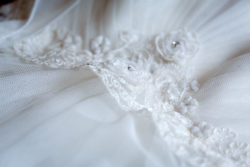 Hochzeits-Kleid führt Nahaufnahme einzeln auf stockbilder