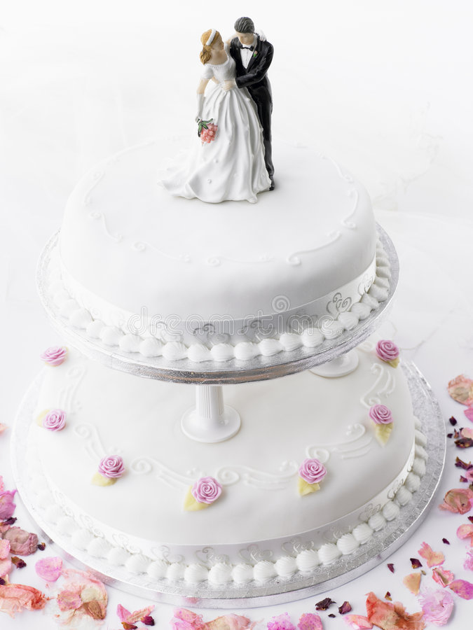 Hochzeits-Kuchen mit Braut und Bräutigam stockfotos
