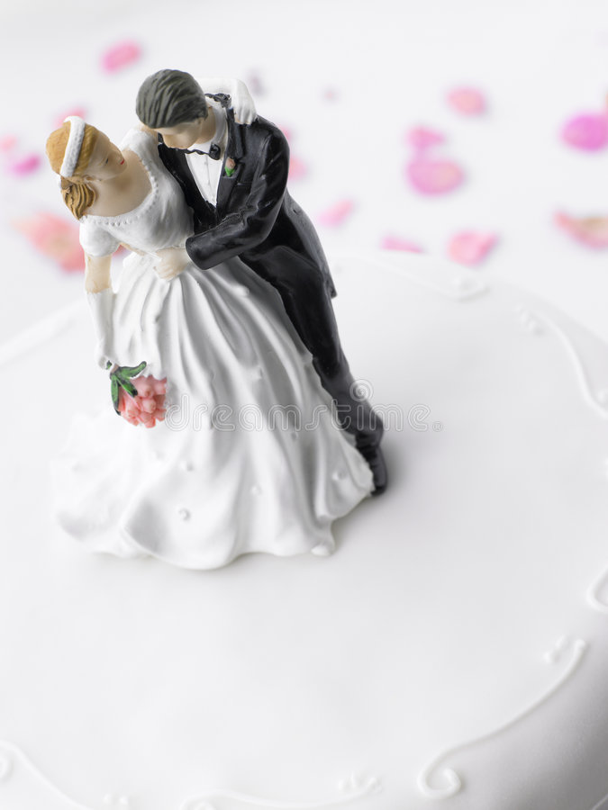 Hochzeits-Kuchen mit Braut und Bräutigam lizenzfreies stockfoto