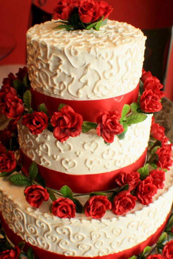 Hochzeits-Kuchen mit Rot stockfotos