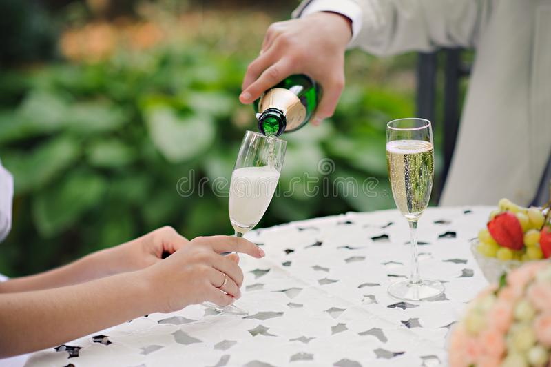 Hochzeits-Paare Champagne Toast lizenzfreies stockfoto