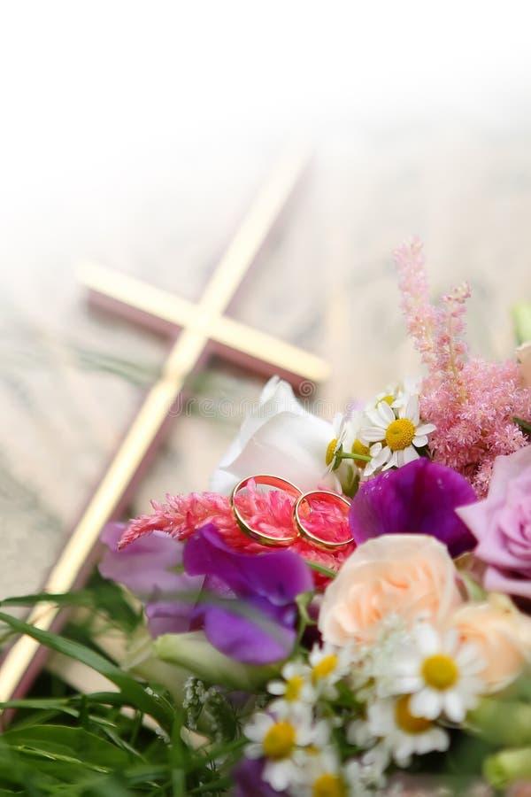 Hochzeits-Ringe mit Blumen stockfotos