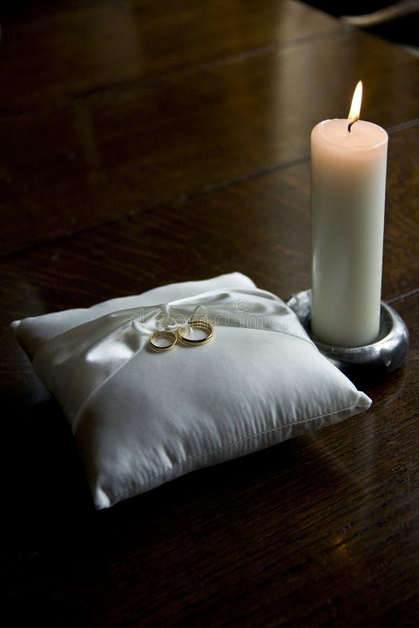 Hochzeits-Ringe und Kerze lizenzfreie stockfotografie