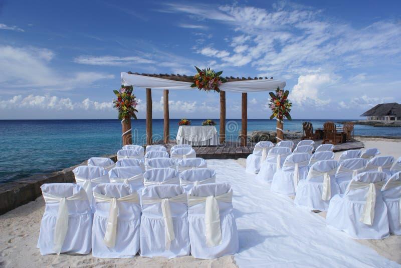 Hochzeits-Stühle auf Strand lizenzfreie stockfotografie