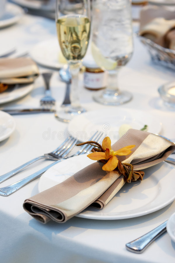 Hochzeits-Tabelle mit Orchidee stockbild