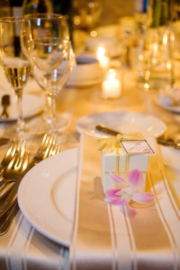 Hochzeits-Tabelleneinstellung und -bevorzugung lizenzfreies stockfoto