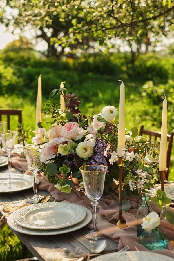 Hochzeitsabendessen im Garten Hochzeits-Bankett im Park Legen Sie Einstellung ver lizenzfreie stockfotos