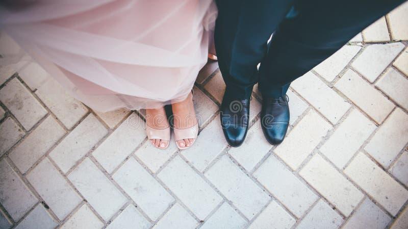 Hochzeitsabschluß herauf Braut- und Bräutigamschuhe stockbild