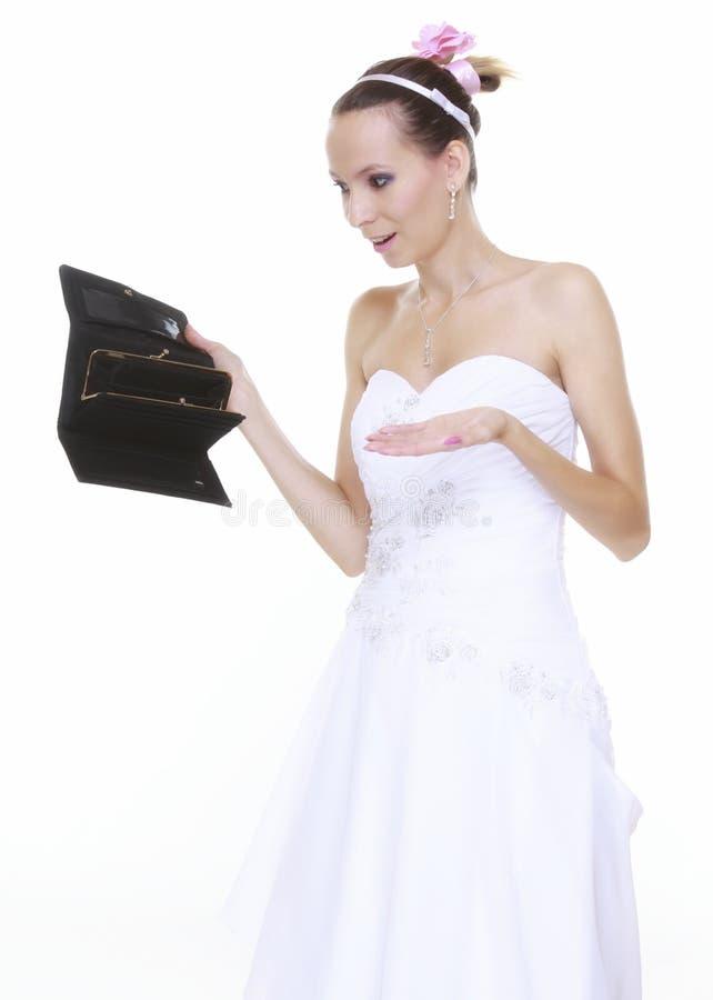 Hochzeitsausgabenkonzept. Braut mit leerem Geldbeutel stockbild