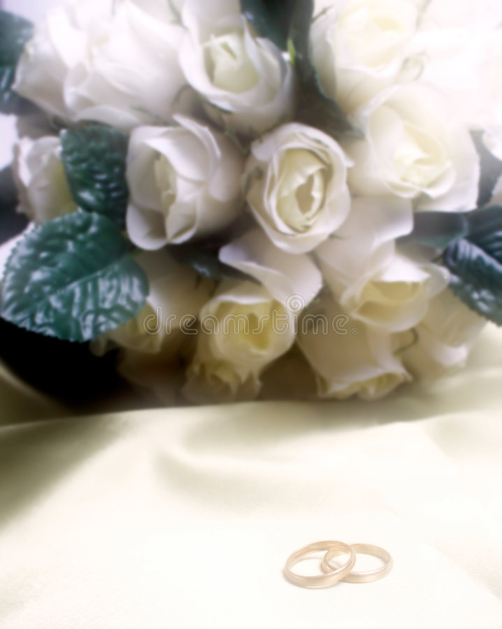 Hochzeitsbänder mit weißen Rosen lizenzfreies stockbild