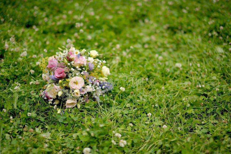 Hochzeitsbündel wilde Blumen lizenzfreie stockfotos