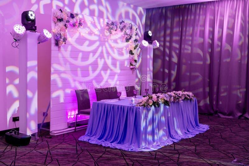 Hochzeitsbankett in den blauen und weißen Tönen Abendtisch für die Jungvermählten verziert mit dem Grün und langem Stoff Eine lan lizenzfreies stockfoto