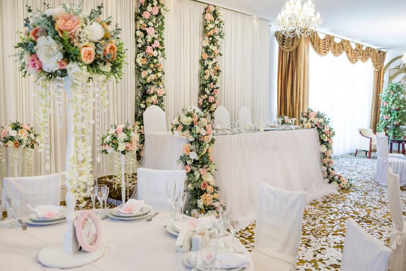 Hochzeitsbankett im Restaurant, Tabellen mit Blumen stockfotografie