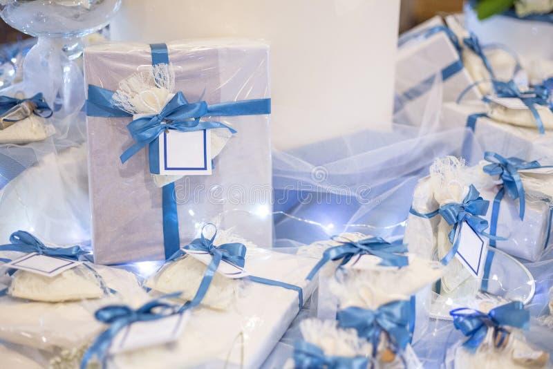 Hochzeitsbevorzugung verziert mit Spitze und blauem Band lizenzfreies stockbild