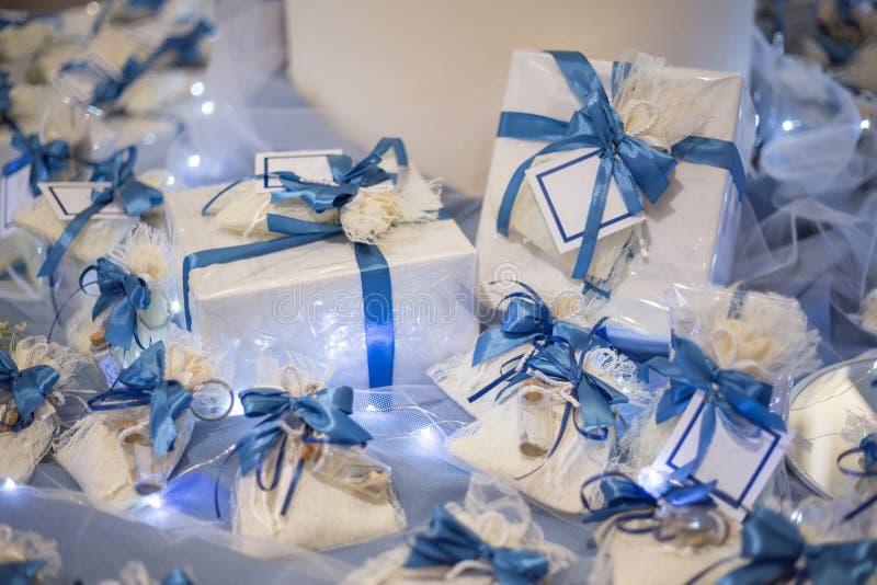 Hochzeitsbevorzugung verziert mit Spitze und blauem Band lizenzfreies stockfoto