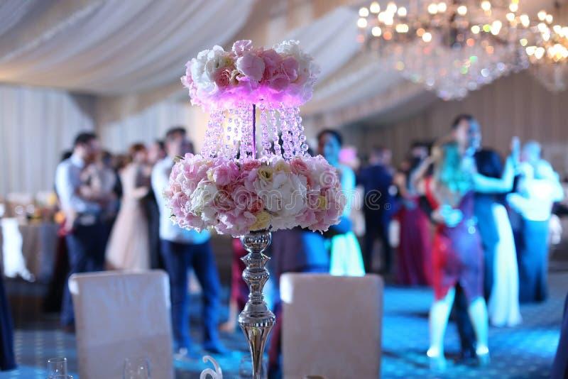 Hochzeitsblumen auf der Tabelle stockbilder