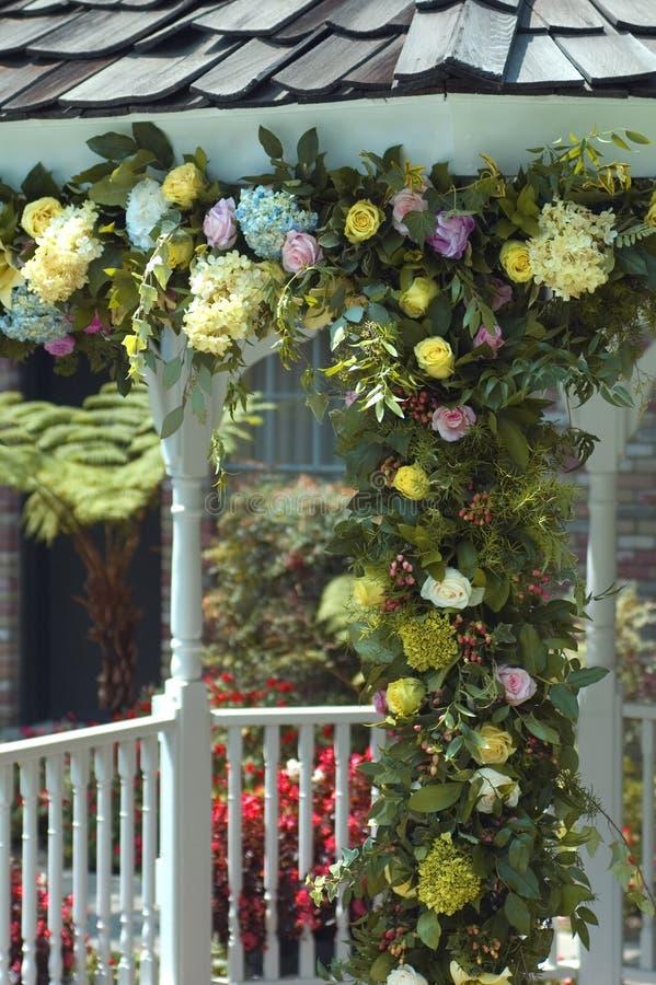 Hochzeitsblumen auf Gazebo stockbilder