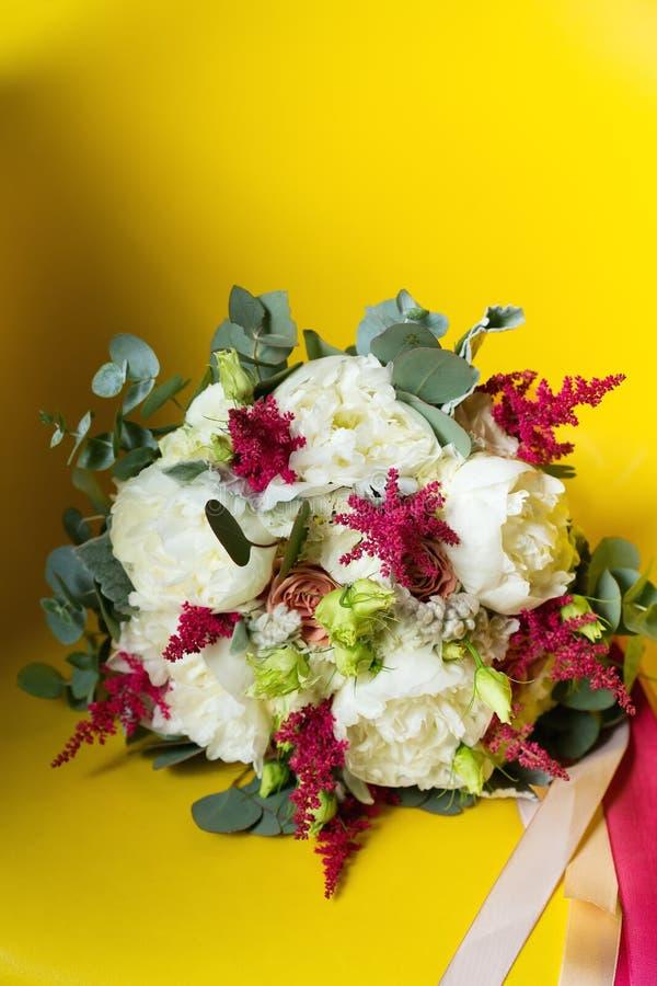Hochzeitsblumen auf gelbem Hintergrund stockbilder