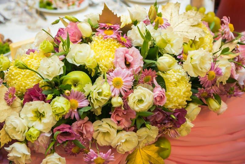 Hochzeitsblumen in einer Banketthalle stockfoto