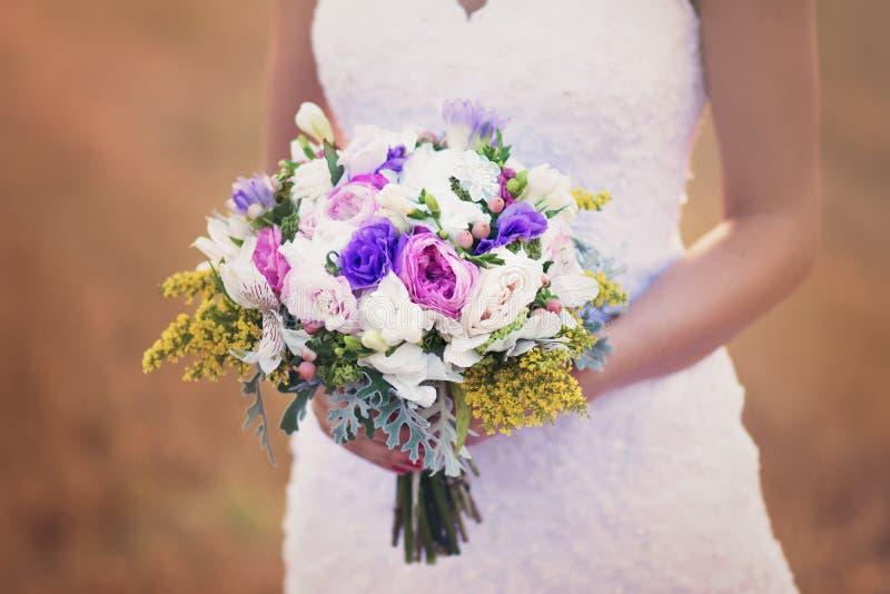 Hochzeitsblumen und -braut stockbilder