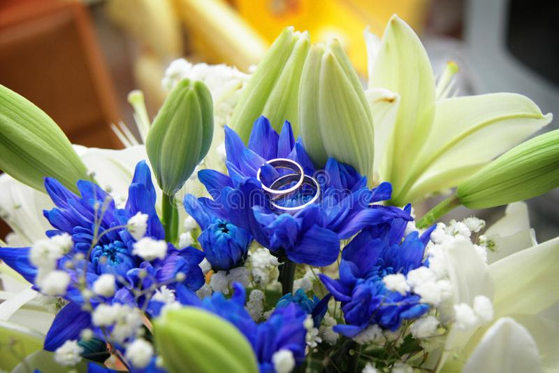 Hochzeitsblumen und Hochzeitsringe stockfoto