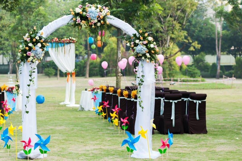 Hochzeitsblumenbogen stockfoto