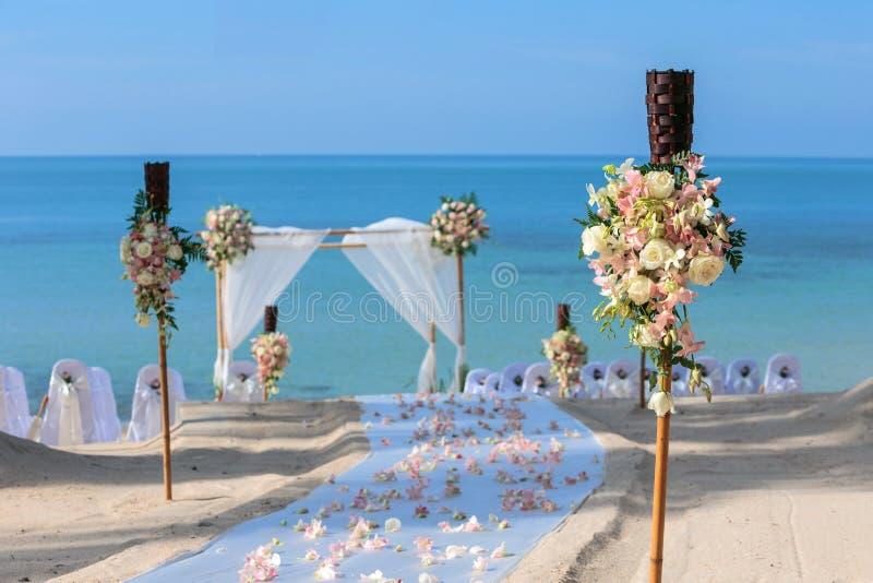 Hochzeitsblumeneinstellung stockbilder