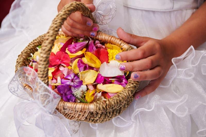 Hochzeitsblumenkorb lizenzfreie stockbilder