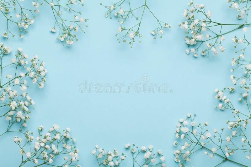 Hochzeitsblumenrahmen auf blauem Hintergrund von oben Schönes Blumenmuster flache Lageart lizenzfreie stockfotografie
