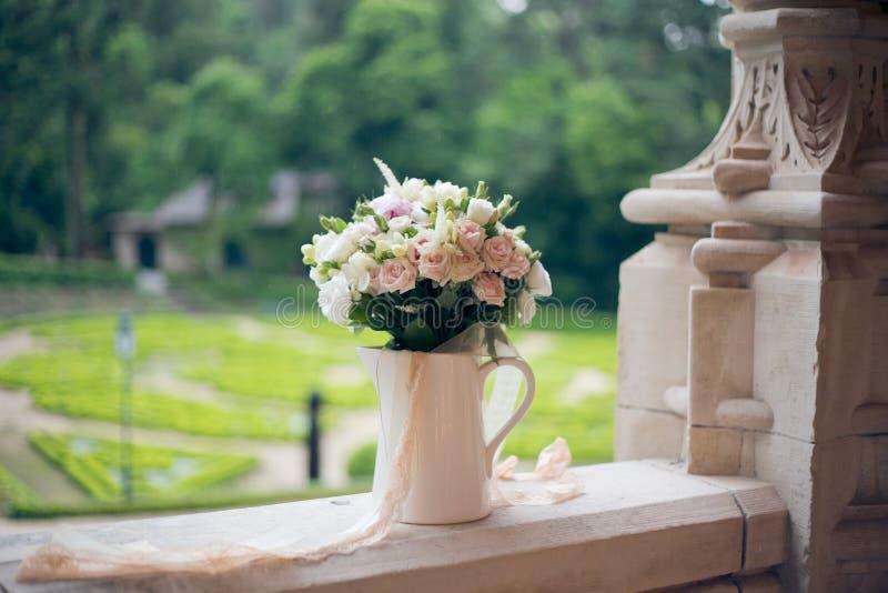 Hochzeitsblumenstrauß auf dem Fenster des alten Schlosses stockfotos