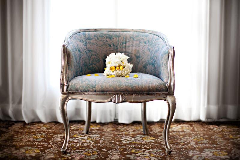Hochzeitsblumenstrauß auf einem Stuhl stockfotos