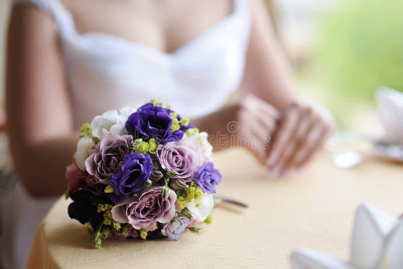 Hochzeitsblumenstrauß auf einer Tabelle lizenzfreie stockfotografie